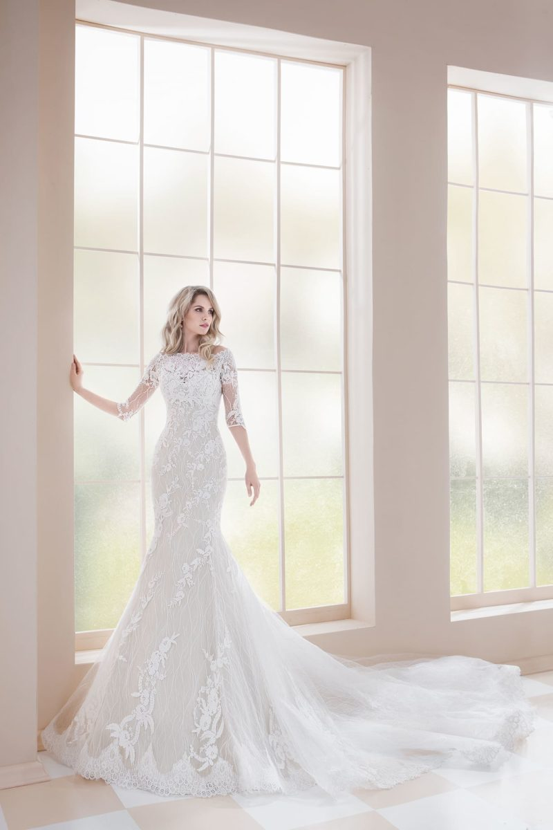 Роскошное свадебное платье «русалка» с длинным и пышным шлейфом.
