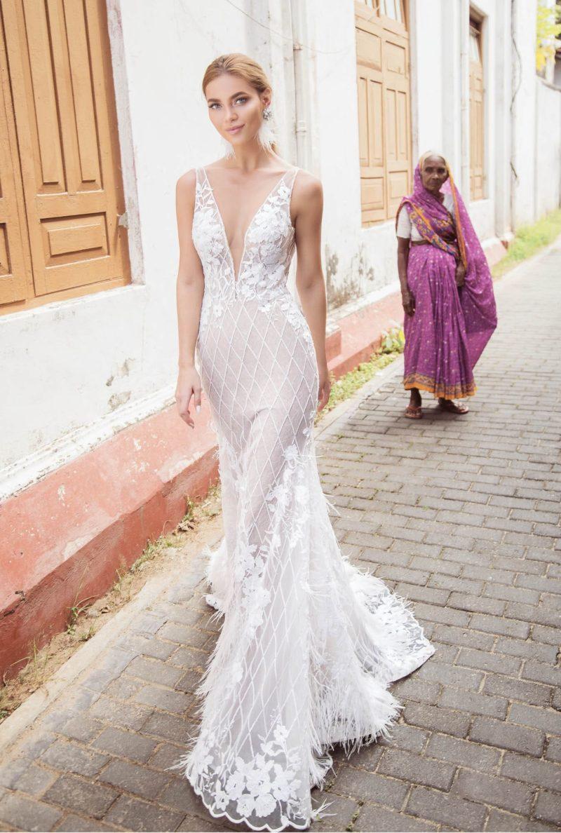 Бежевое свадебное платье «русалка» с белыми кружевными аппликациями.