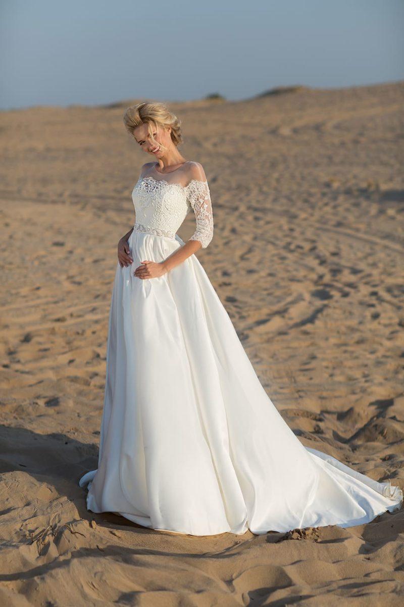 Свадебное платье с роскошной юбкой и портретным декольте.