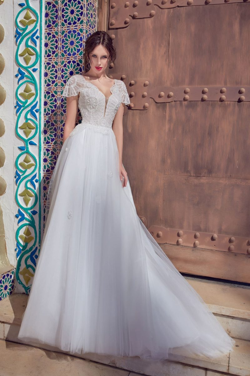 Романтичное свадебное платье с открытой спинкой и коротким рукавом.