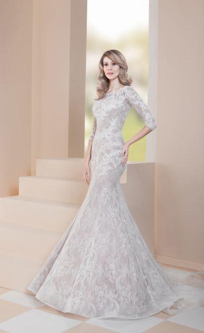 Свадебное платье «русалка» с белым кружевом и бежевой подкладкой.