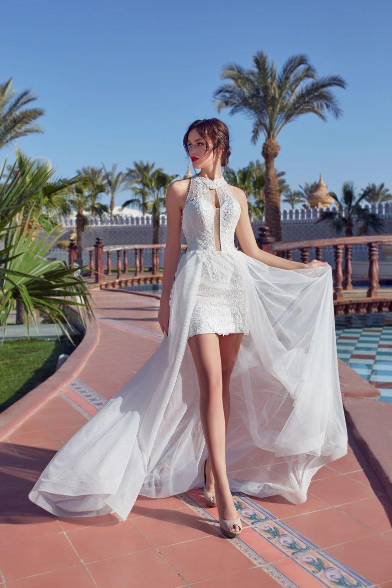 Прямое свадебное платье с верхней юбкой и фактурным декором верха.