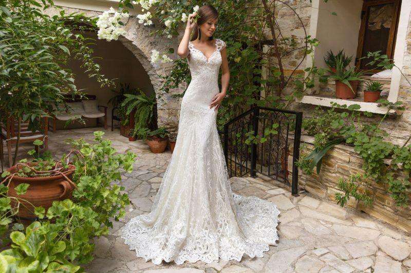 Стильное свадебное платье с кружевной отделкой и вырезом на спинке.