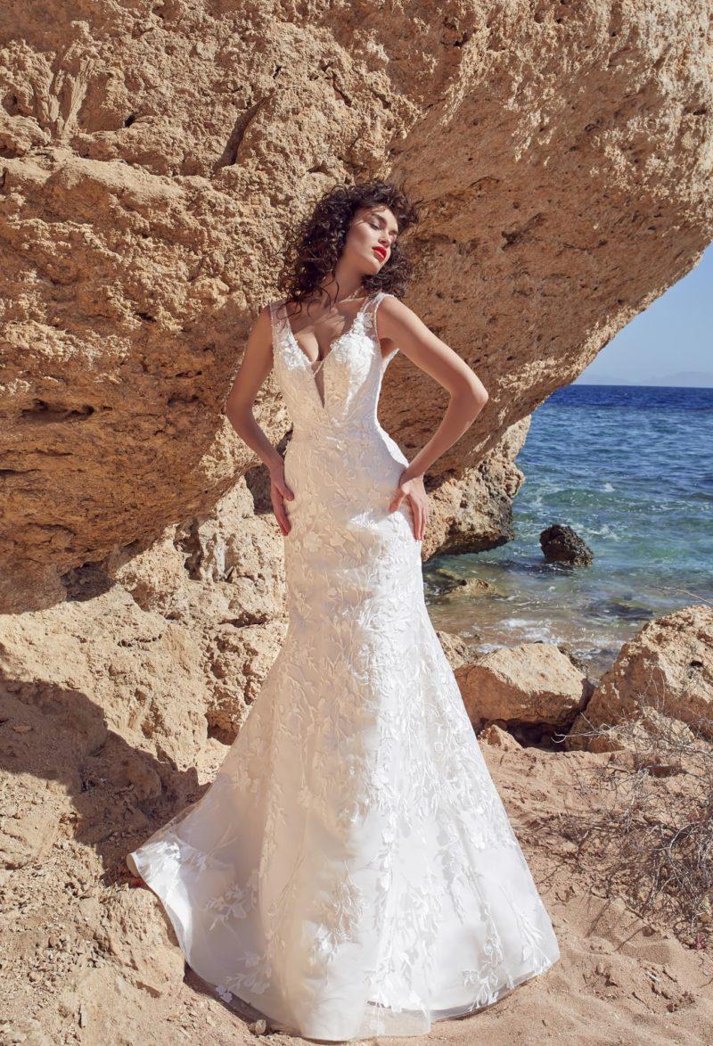 Романтичное свадебное платье «русалка» с открытой спинкой и стильным шлейфом.