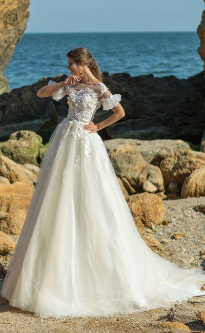 Пышное свадебное платье с рукавами с оборками и объемной отделкой.