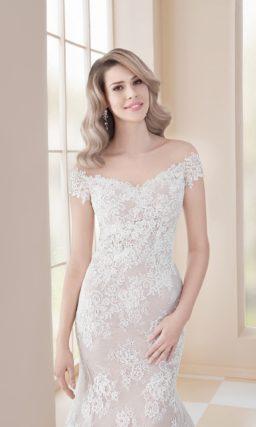 Свадебное платье «русалка» на бежевой подкладке под белым кружевом.