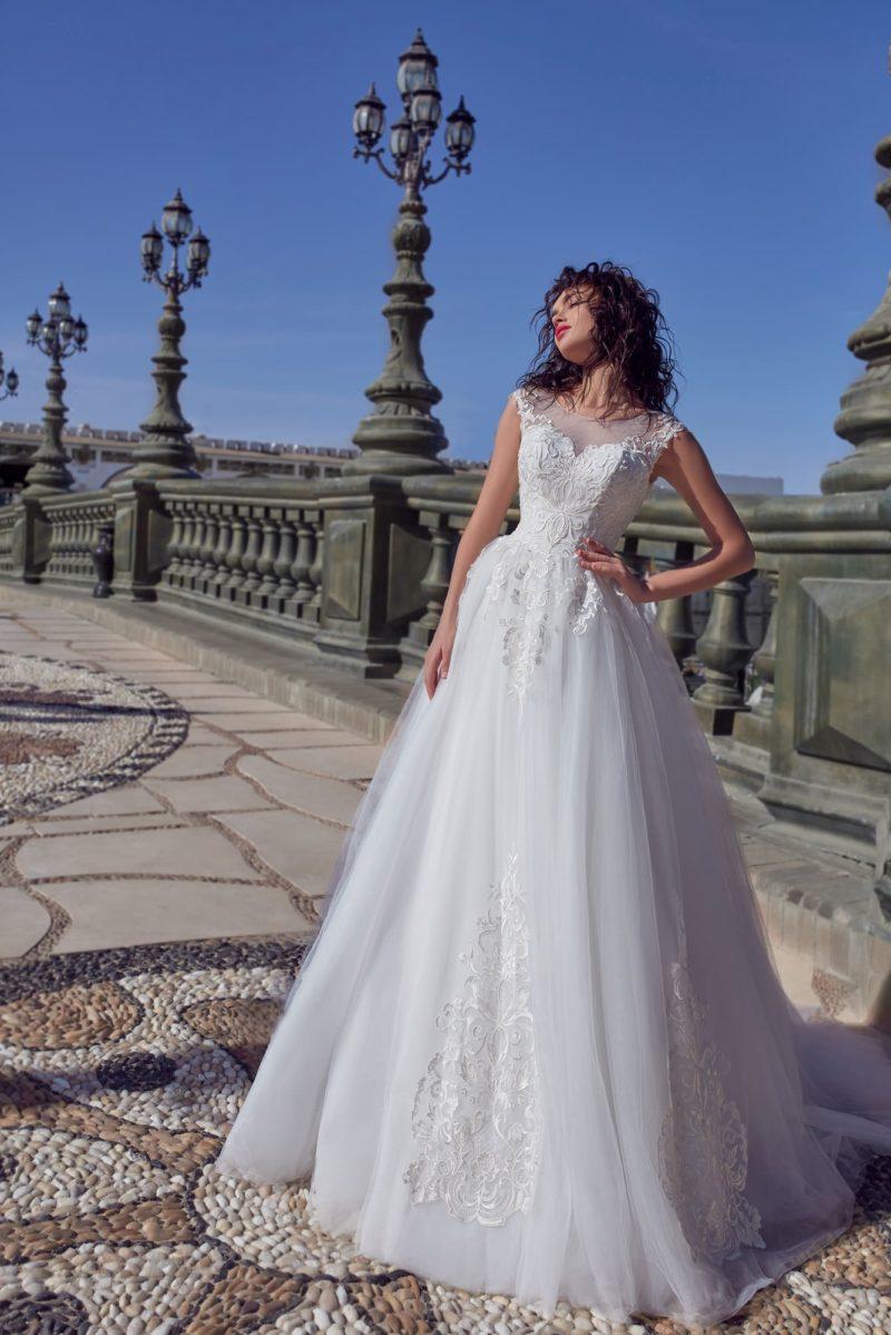 Нежное свадебное платье без рукава с многослойной юбкой с аппликациями.
