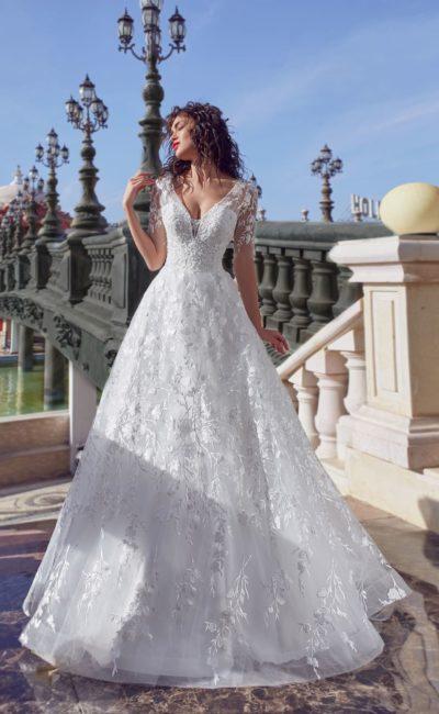 Свадебное платье воздушного силуэта, по всей длине покрытое кружевом.