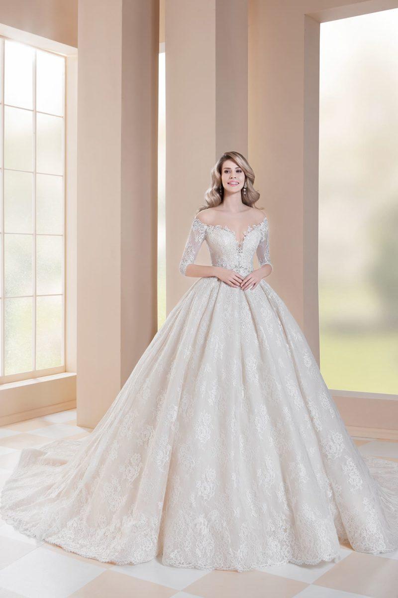 Свадебное платье цвета айвори с открытой спинкой и пышной юбкой.
