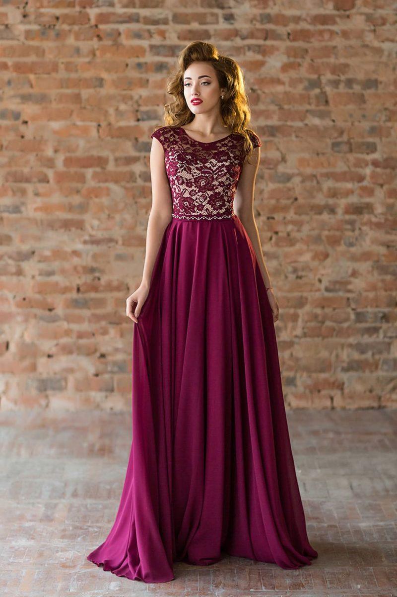 Винное вечернее платье с закрытым лифом из кружева на бежевой подкладке.