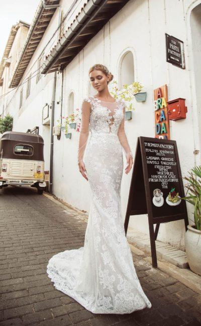 Свадебное платье прямого кроя с длинным рукавом из прозрачной ткани.