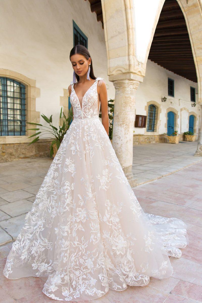 Свадебное платье пышного силуэта с открытой спинкой и кружевным декором.