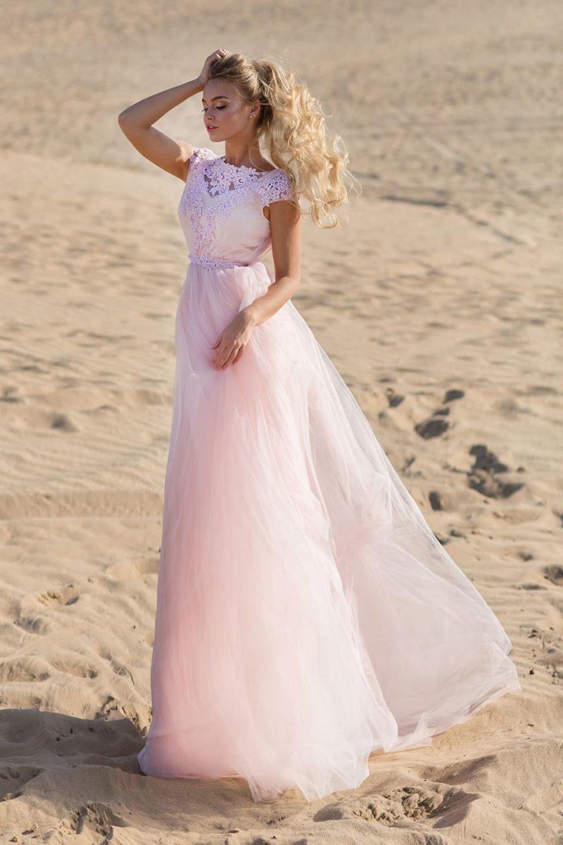 Розовое свадебное платье с открытой спинкой и узким поясом.