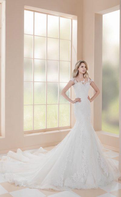 Свадебное платье «русалка» с вырезом на спинке и кружевным декором.