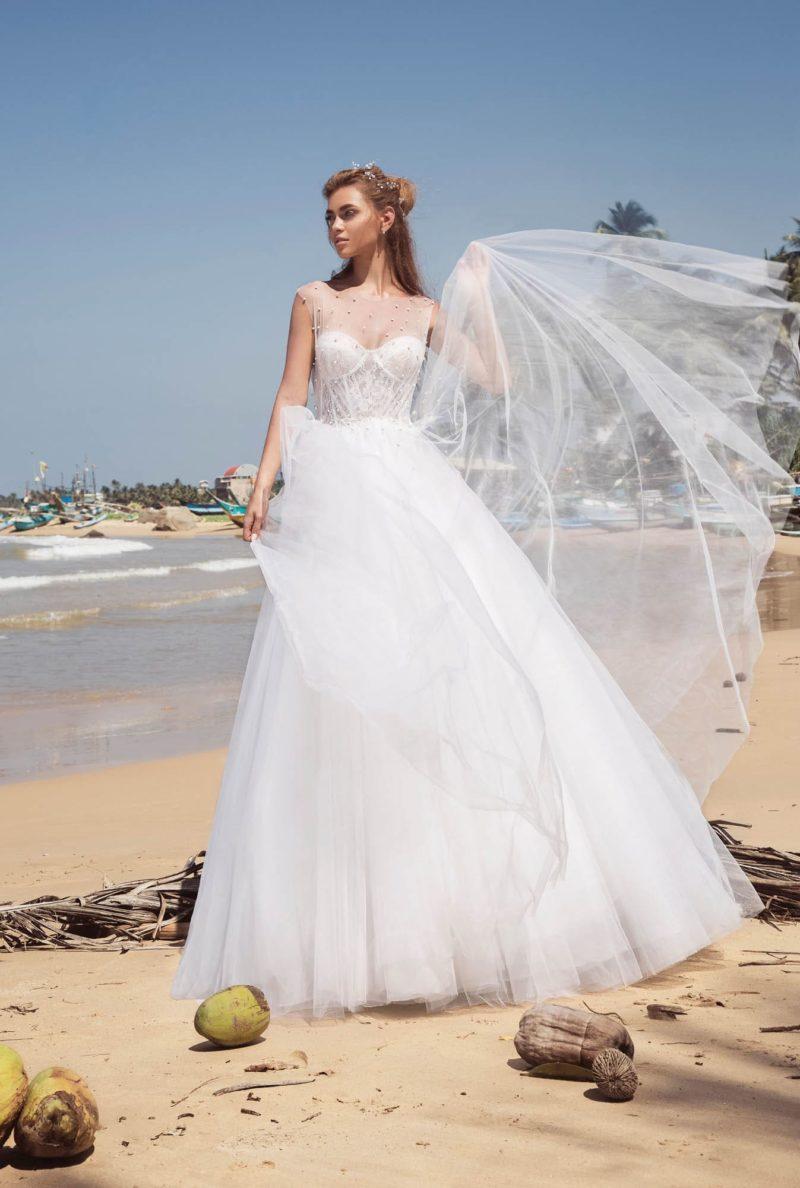 Свадебное платье с «замочной скважиной» на спинке и многослойным низом.