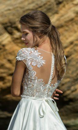 Атласное свадебное платье с кружевным лифом с коротким рукавом.