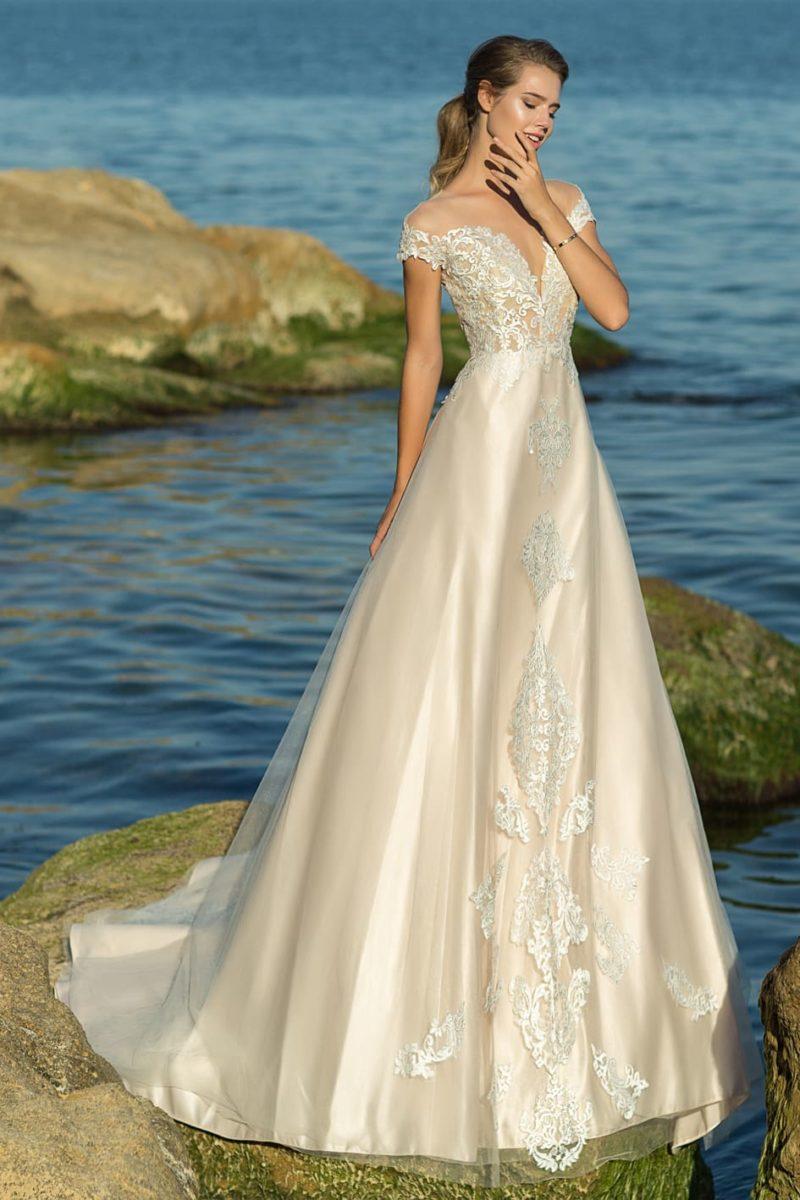 Роскошное свадебное платье цвета слоновой кости с портретным лифом.