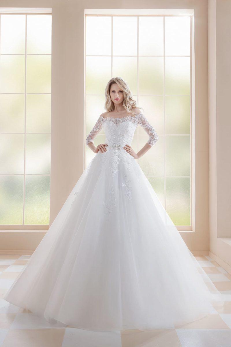 Пышное свадебное платье с кружевным декором и рукавом три четверти.