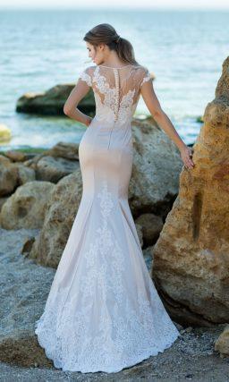Пудровое свадебное платье с белым декором и силуэтом «русалка».