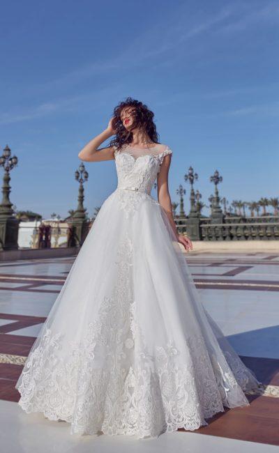 Торжественное свадебное платье с многослойным подолом и узким поясом.
