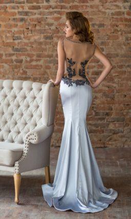 Серебристое вечернее платье облегающего кроя с эффектным разрезом на юбке.