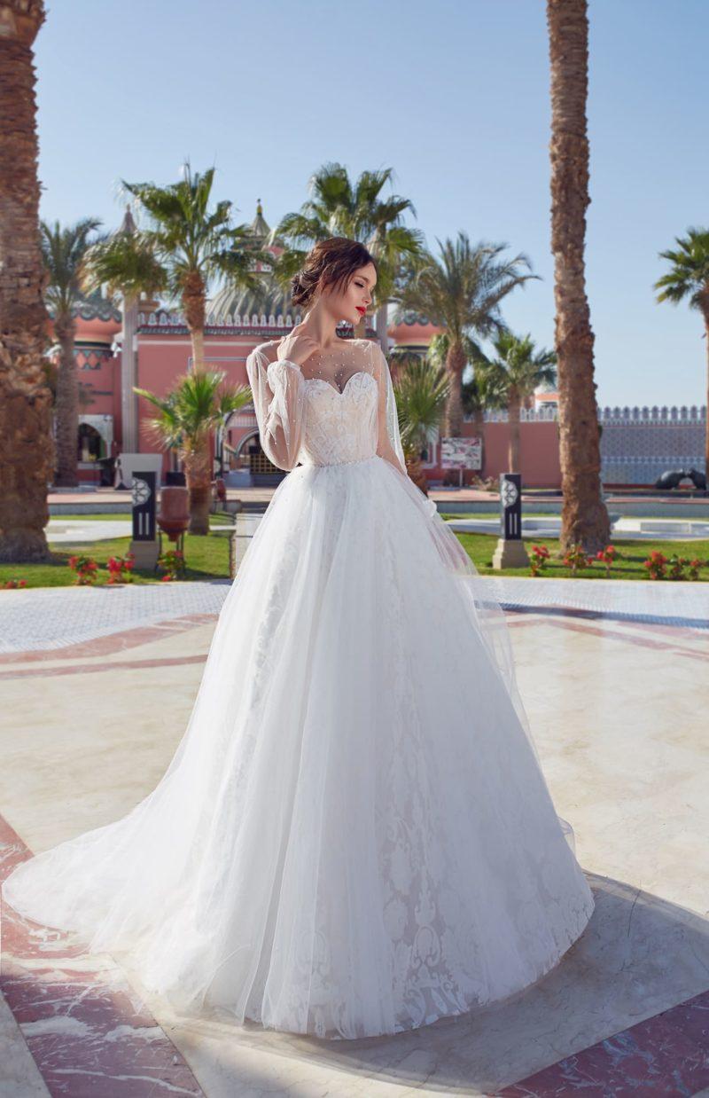 Пышное свадебное платье с длинным рукавом и открытой спиной.