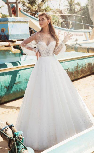 Торжественное свадебное платье с длинным рукавом и декором из бусин.