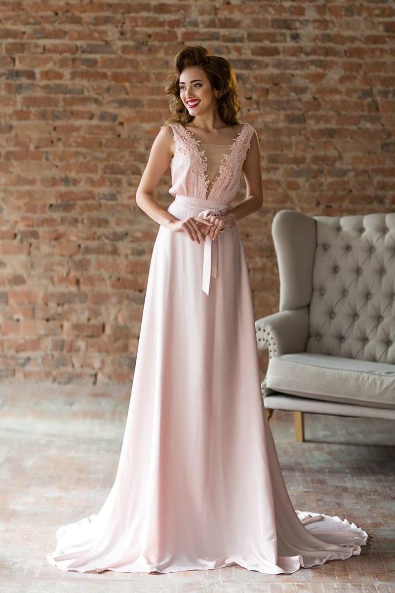Розовое вечернее платье с юбкой в пол и V-образными декольте на лифе и спинке.