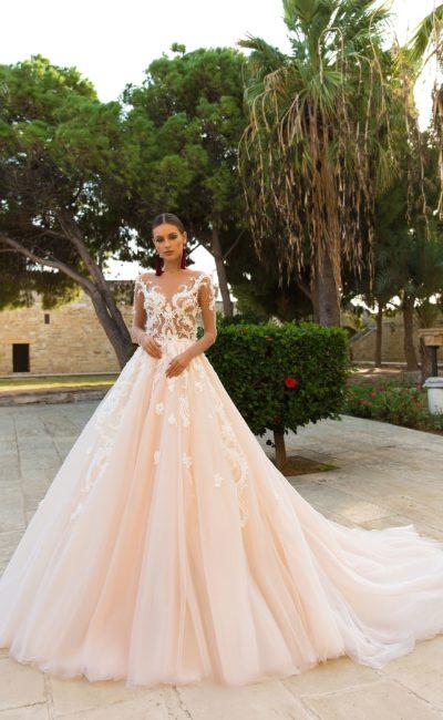 Персиковое свадебное платье с пышной юбкой и длинным рукавом.