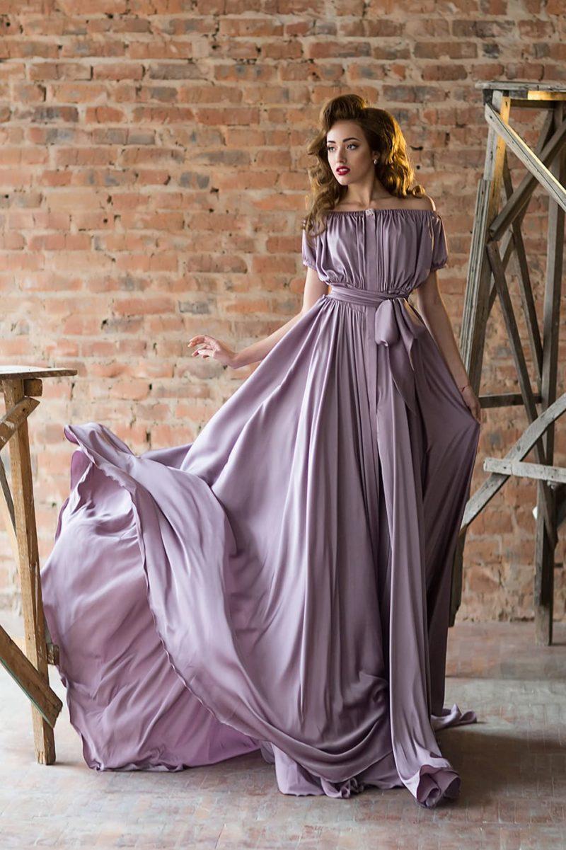 Лавандовое вечернее платье прямого кроя с портретным декольте.