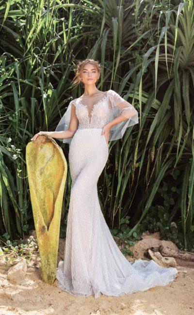 Облегающее свадебное платье с глубоким вырезом и широкими пышными рукавами.