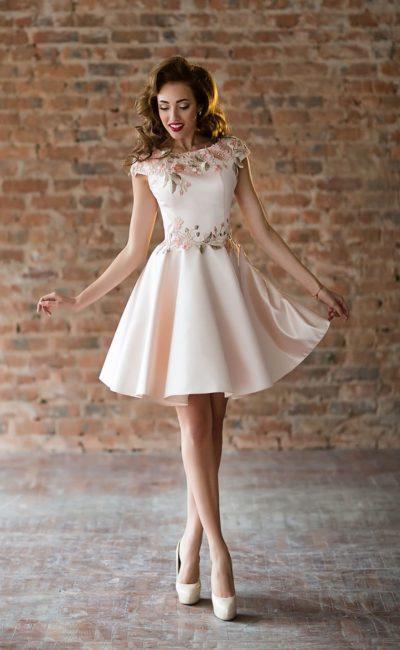 Светло-розовое коктейльное платье