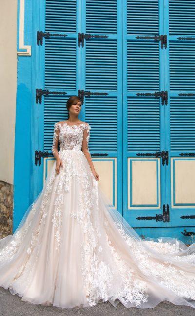 Воздушное свадебное платье с прозрачным рукавом и стильным шлейфом.