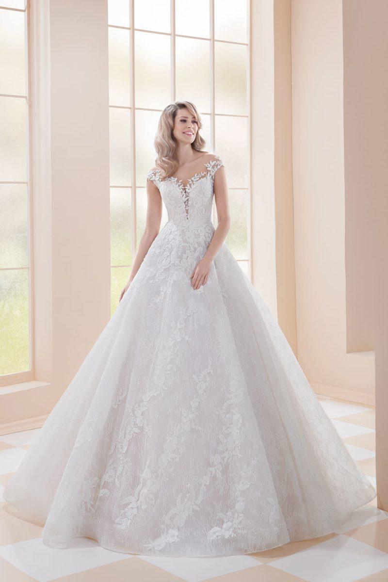 Пышное свадебное платье с коротким рукавом и кружевной отделкой.