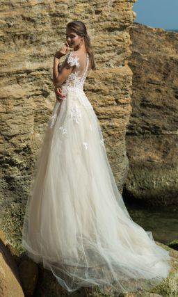 Свадебное платье с фактурным декором и многослойным подолом.