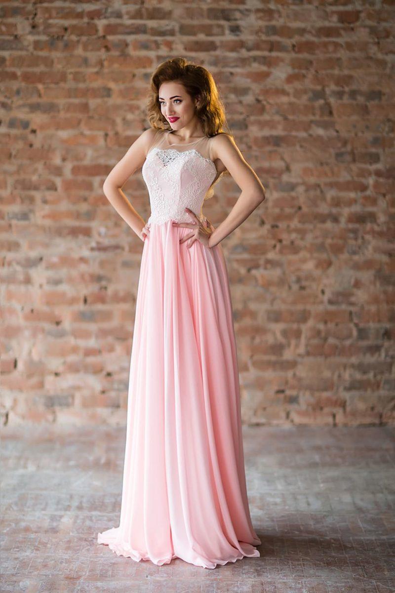 Розовое вечернее платье прямого кроя с кремовым лифом с аппликациями.