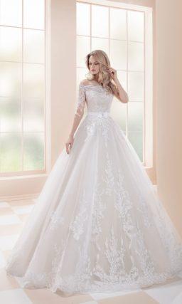 Пышное свадебное платье с фигурным портретным вырезом.