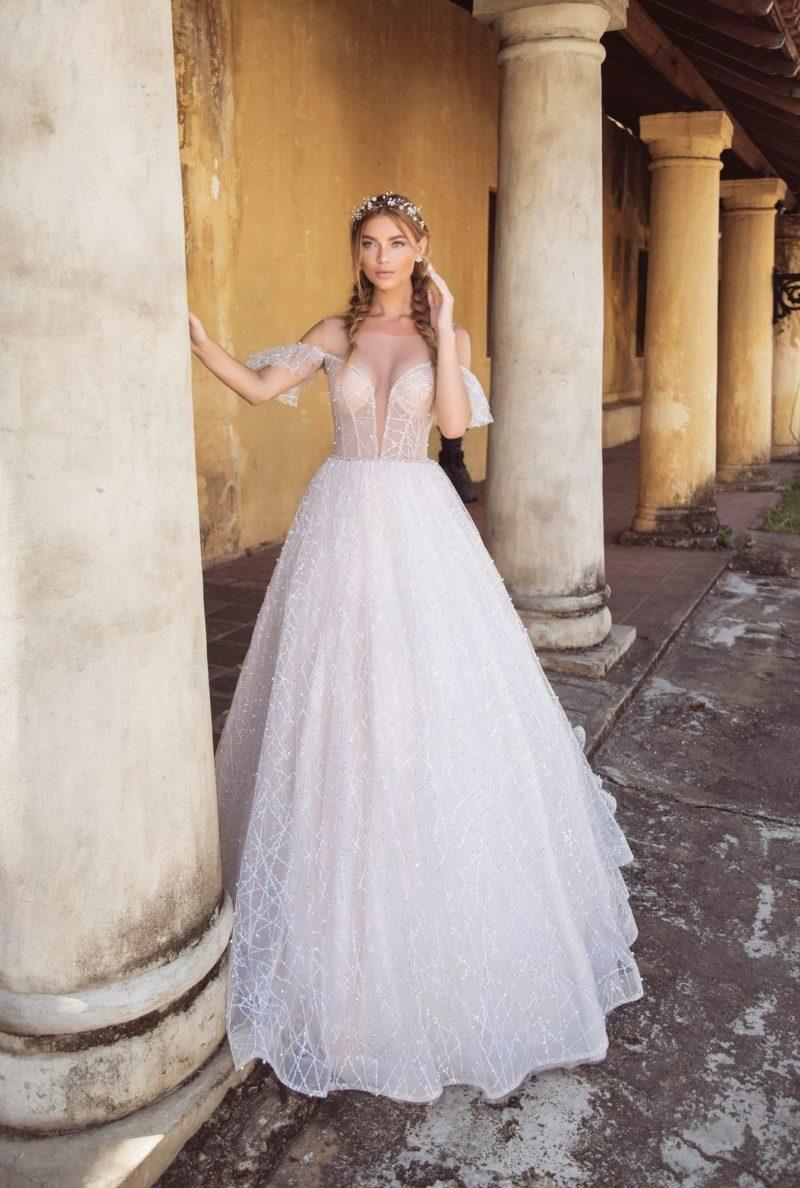 Пышное свадебное платье с портретным декольте и оборками на бретелях.