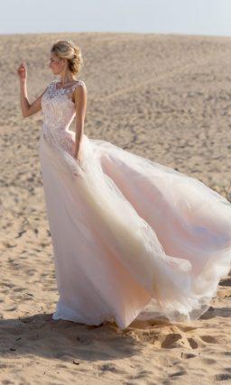 Розовое свадебное платье пышного силуэта с объемной отделкой корсета.