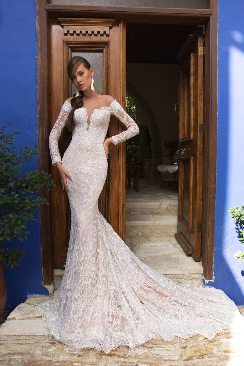 Свадебное платье «рыбка» с кружевным декором и пудровой подкладкой.