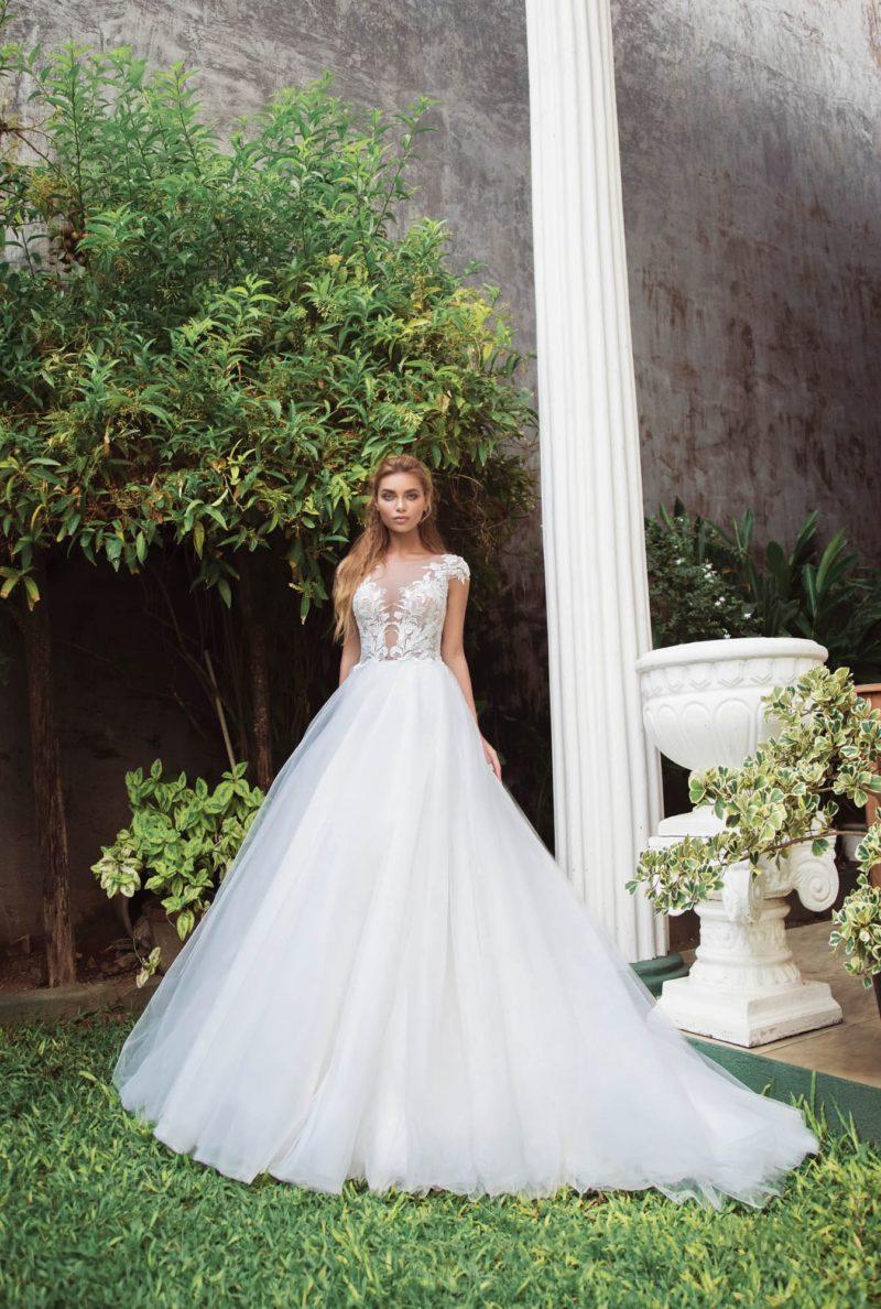 Воздушное свадебное платье с коротким рукавом и длинным шлейфом.