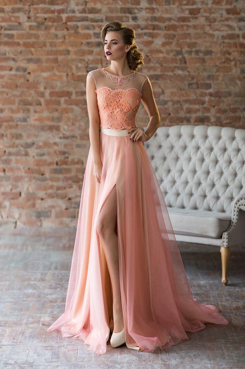 Персиковое вечернее платье с белым поясом.