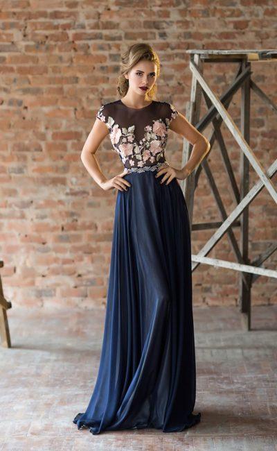 Вечернее платье с розовой отделкой и темно-синей прямой юбкой.