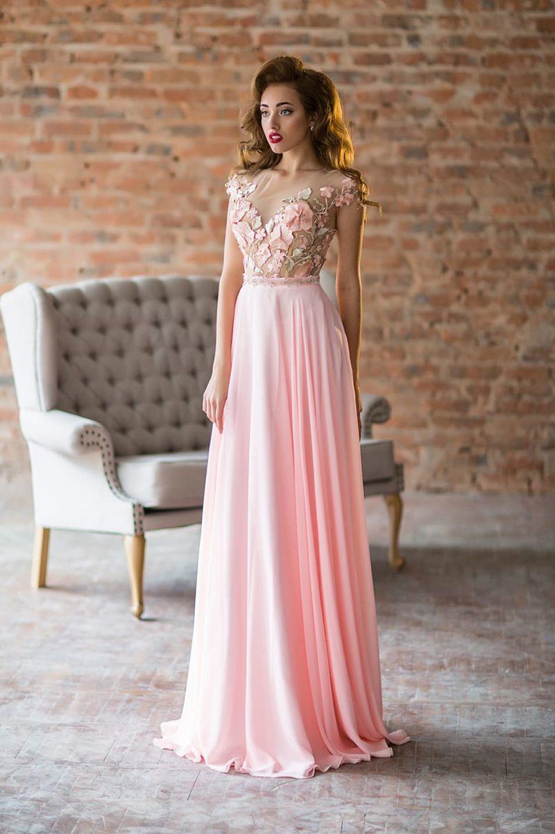 Розовое вечернее платье прямого силуэта с полупрозрачным верхом.
