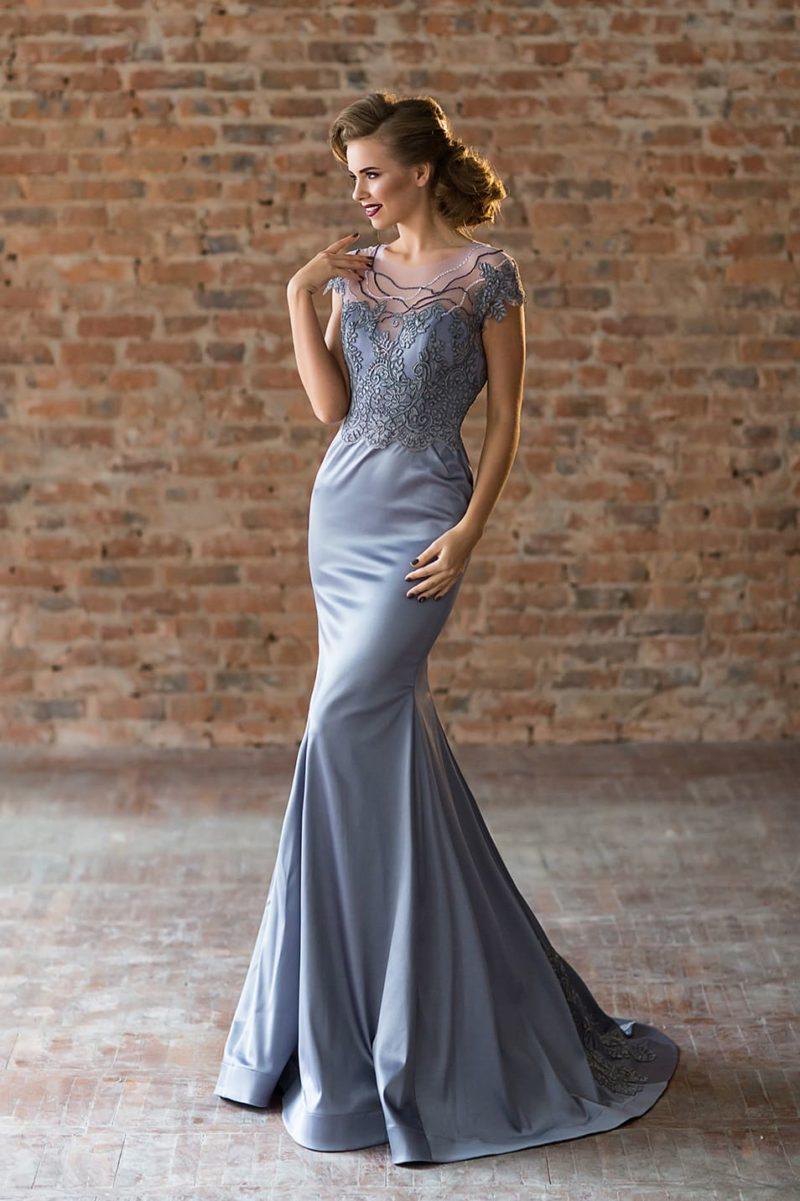 Голубое вечернее платье «русалка» с тонкой вставкой над лифом «сердечком».