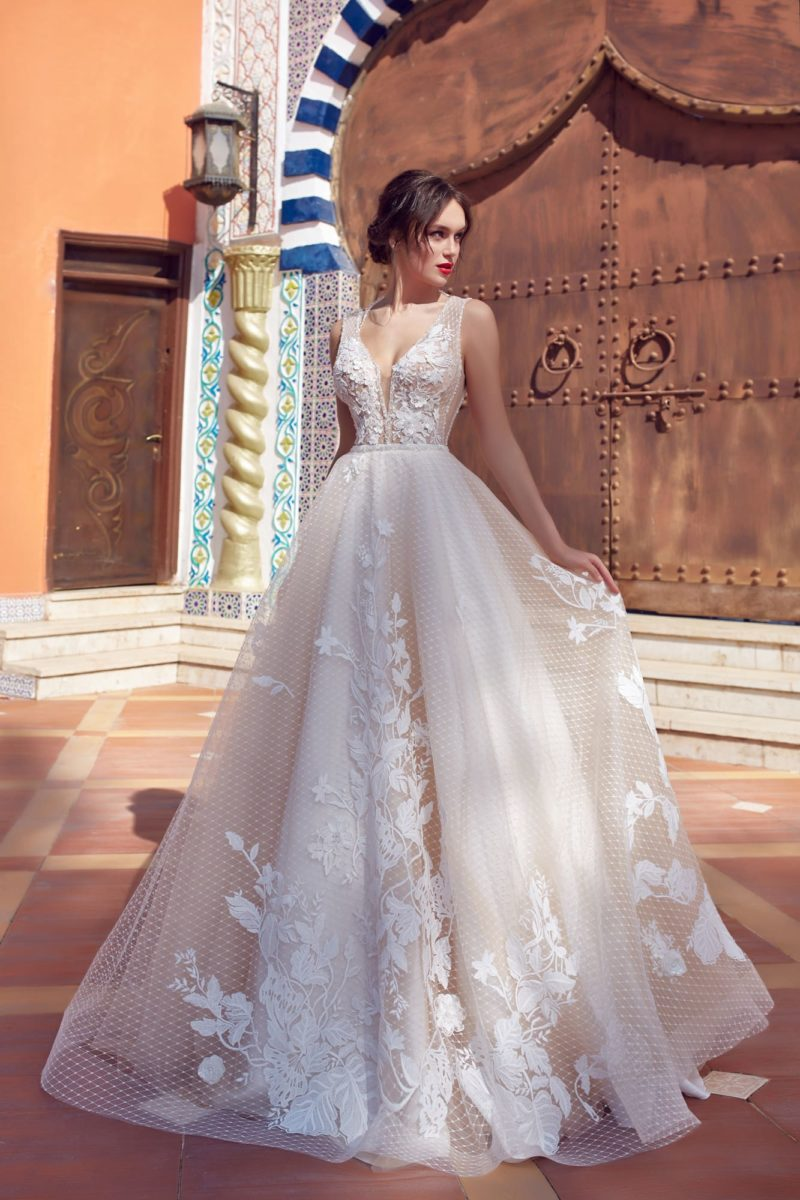 Романтичное свадебное платье с открытой спинкой и сетчатым декором юбки.
