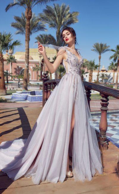 Пышное свадебное платье лавандового цвета с вырезами по бокам корсета.