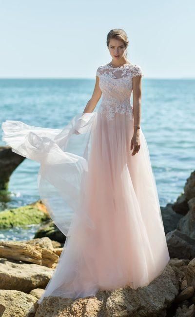 Розовое свадебное платье с длинным шлейфом и коротким кружевным рукавом.
