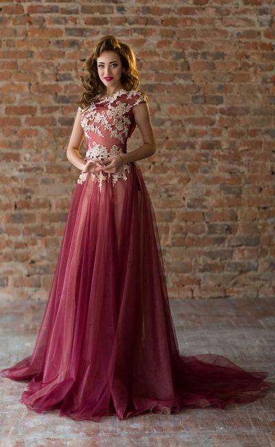 Бордовое вечернее платье пышного силуэта с бежевым кружевным декором.