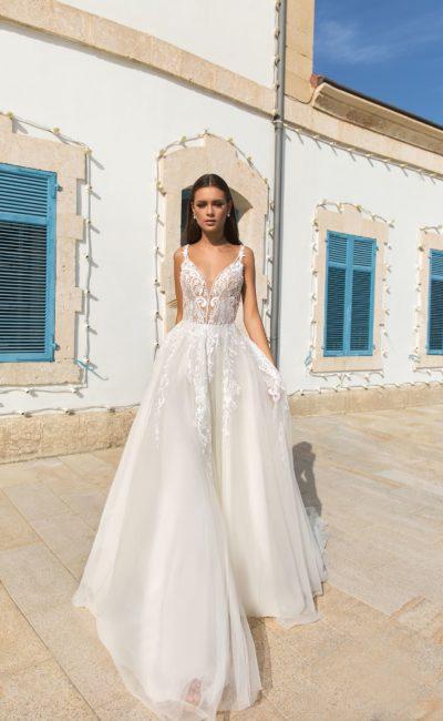 Объемное свадебное платье с лифом с иллюзией прозрачности.